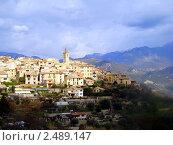 Вид на городок в Провансе,Франция, в окружении гор на фоне неба, фото № 2489147, снято 8 февраля 2009 г. (c) Ирина Викторовна Федичева / Фотобанк Лори