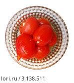 Маринованные помидоры в стеклянной тарелке