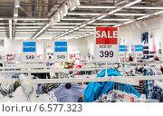 Продажа одежды в магазине, фото № 6577323, снято 23 октября 2014 г. (c) FotograFF / Фотобанк Лори