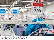 Продажа одежды в магазине, фото № 6577327, снято 23 октября 2014 г. (c) FotograFF / Фотобанк Лори