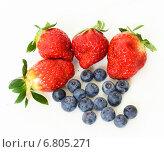 Четыре ягоды клубники и черника, фото № 6805271, снято 8 марта 2013 г. (c) Валерия Попова / Фотобанк Лори