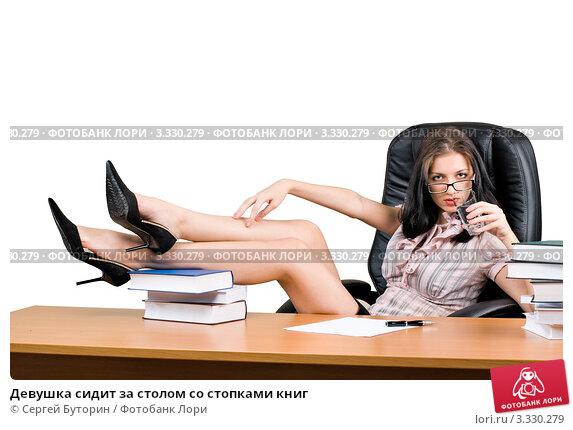 devushka-rabotaet-nozhkami