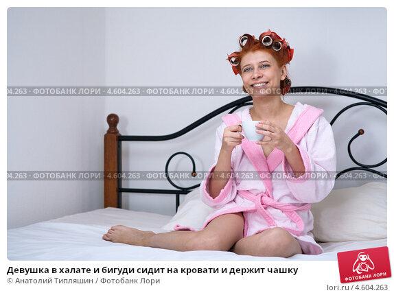 devushka-v-halate-na-krovati