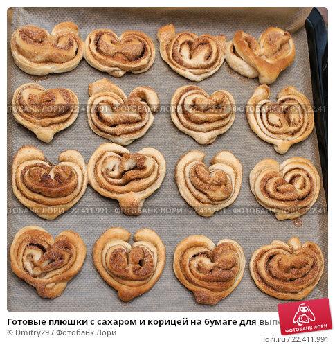 Готовые плюшки с сахаром и корицей на бумаге для выпечки; фото 22411991, фотограф Dmitry29. Фотобанк Лори - Продажа фотографий,