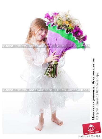 Фото девочка с букетом цветов