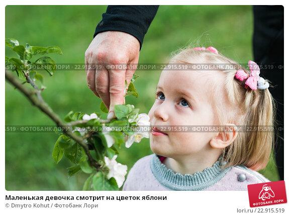 Фото девочка смотрит на цветы