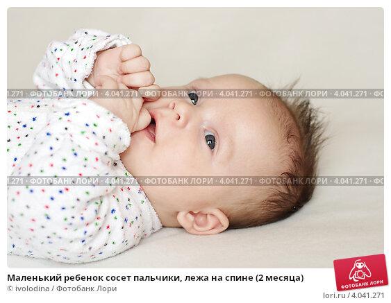 Почему ребенок в 3 месяца сосет кулачки