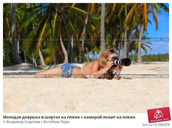 golaya-poziruet-na-kameru
