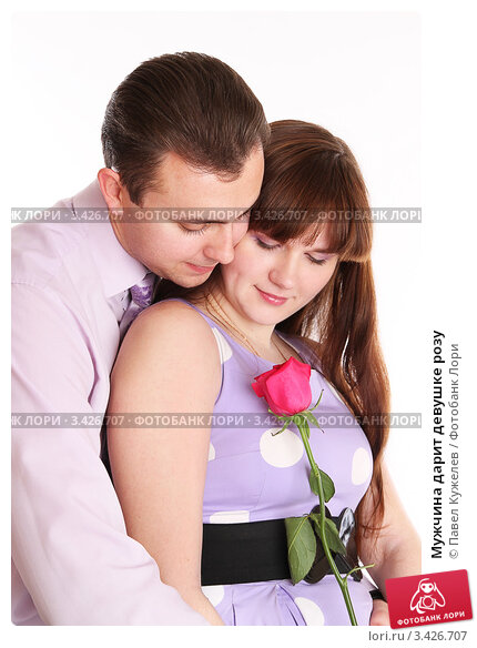 Парень дарит девушке розы картинки