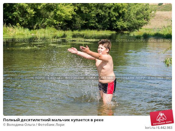 plavaet-golaya-v-reke