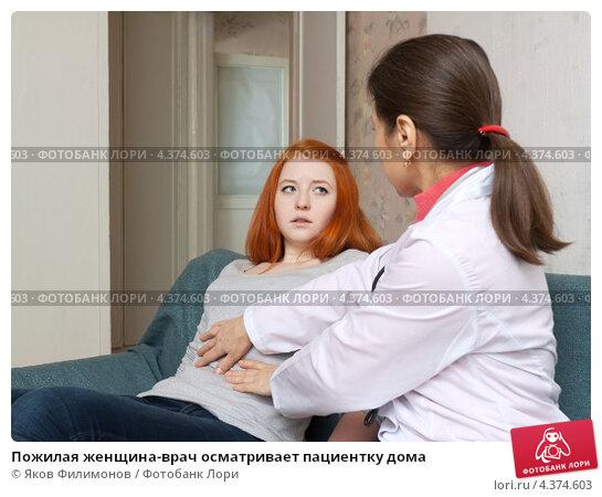 Зрелые доктор прикосновения живот подростка Фото.