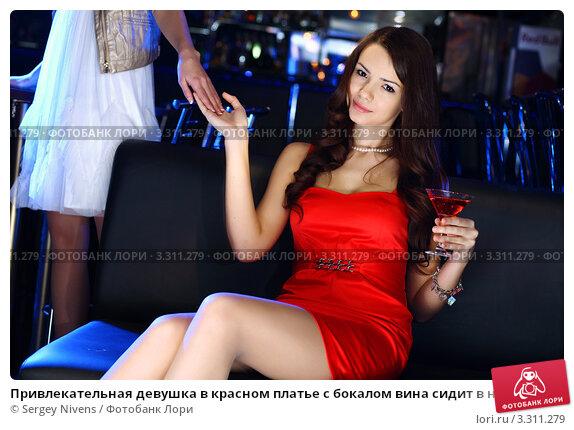 Фото девушка в платье в клубе
