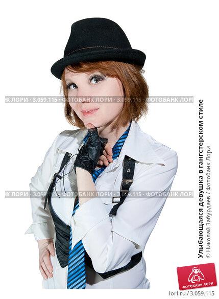 Улыбающаяся девушка в гангстерском стиле, фото 3059115.