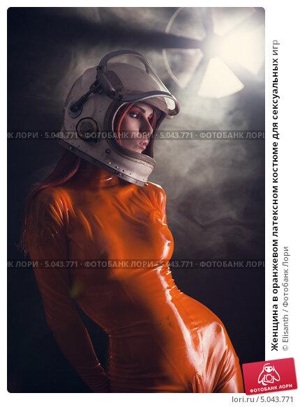 Портрет сексуальная девушка в оранжевом комбинезоне латекса Фото.