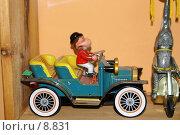 Купить «Механическая игрушка автомобиль кабриолет с обезьяной водителем на полке», фото № 8831, снято 1 июля 2006 г. (c) Олег Хмельниц / Фотобанк Лори