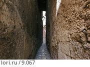 Южная Италия. Узкий переулок между улицами старого Таранто. Стоковое фото, фотограф Валерий Ситников / Фотобанк Лори