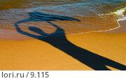 Купить «Тень радующегося человека на пляже», фото № 9115, снято 25 мая 2018 г. (c) Vladimir Fedoroff / Фотобанк Лори