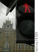 """Купить «Красный сигнал светофора на фоне гостиницы """"Пекин""""», фото № 9531, снято 28 июля 2006 г. (c) Сайганов Александр / Фотобанк Лори"""