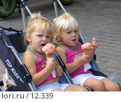 Купить «Девочки-близнецы едят мороженое», фото № 12339, снято 25 сентября 2006 г. (c) Юрий Синицын / Фотобанк Лори