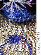 Купить «Стеклянный рождественский шар и снежинка синего цвета на фоне из бус», фото № 14119, снято 19 ноября 2006 г. (c) Александр Паррус / Фотобанк Лори