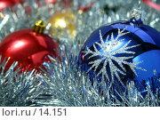 Купить «Три рождественских стеклянных шара синего, желтого и красного цвета с узором на фоне новогодней мишуры», фото № 14151, снято 24 ноября 2006 г. (c) Александр Паррус / Фотобанк Лори