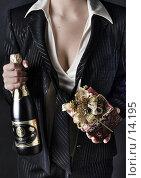 Купить «Девушка в деловом костюме с бутылкой шампанского и подарком», фото № 14195, снято 6 декабря 2006 г. (c) Лисовская Наталья / Фотобанк Лори