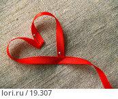 Купить «Алая лента в форме сердца», фото № 19307, снято 26 января 2007 г. (c) only / Фотобанк Лори