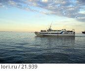 Купить «Катер в море», фото № 21939, снято 28 июня 2005 г. (c) Светлана / Фотобанк Лори