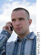 Молодой человек с мобильным телефоном. Стоковое фото, фотограф Алексей Котлов / Фотобанк Лори