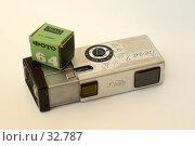 Старый фотоаппарат Вега 2 с фотоплёнкой на белом фоне. Редакционное фото, фотограф Игорь Соколов / Фотобанк Лори