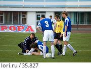 Купить «Футбол. Игроку оказывают помощь», фото № 35827, снято 25 апреля 2007 г. (c) 1Andrey Милкин / Фотобанк Лори