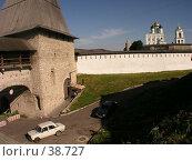 Купить «Башня и автомобильчик (В окрестностях Кремля,  Псков)», фото № 38727, снято 15 июля 2020 г. (c) Элеонора Лукина (GenuineLera) / Фотобанк Лори