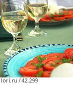 Купить «Помидоры, сыр моцарелла и вино», фото № 42299, снято 23 мая 2006 г. (c) Татьяна Белова / Фотобанк Лори