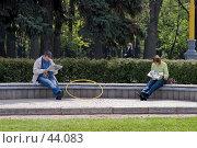 Купить «Свежие новости важнее тренировки», фото № 44083, снято 13 мая 2007 г. (c) Юрий Синицын / Фотобанк Лори