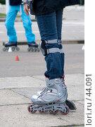 Купить «Роликовые коньки на ногах девушки», фото № 44091, снято 13 мая 2007 г. (c) Юрий Синицын / Фотобанк Лори