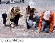 Купить «Девочки рисуют мелками на тротуаре», фото № 44095, снято 13 мая 2007 г. (c) Юрий Синицын / Фотобанк Лори