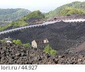 Купить «Дейвующий вулкан Этна. домик засыпанный пеплом», фото № 44927, снято 11 июня 2005 г. (c) Екатерина Овсянникова / Фотобанк Лори