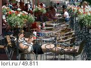 Купить «Отдых в жаркую погоду в уличном кафе», фото № 49811, снято 30 мая 2007 г. (c) Юрий Синицын / Фотобанк Лори