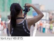 Купить «Фотографирующая девушка», фото № 49815, снято 30 мая 2007 г. (c) Юрий Синицын / Фотобанк Лори
