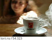 Чашка кофе и девушка вне фокуса. Редакционное фото, фотограф Борис Никитин / Фотобанк Лори