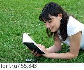 Купить «Девушка читающая книгу, лёжа на траве», фото № 55843, снято 24 июня 2007 г. (c) Тим Казаков / Фотобанк Лори