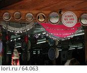 """Купить «Интерьер в прибрежном магазинчике сувениров. """"Sorry, we are open""""», фото № 64063, снято 2 мая 2004 г. (c) Harry / Фотобанк Лори"""