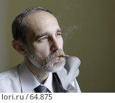 Купить «Мужчина докуривающий сигарету», фото № 64875, снято 21 июня 2018 г. (c) Леонид Козлов / Фотобанк Лори