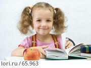 Купить «Улыбающаяся девочка листает книгу», фото № 65963, снято 28 июля 2007 г. (c) Ольга Красавина / Фотобанк Лори