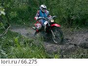 Купить «Мотоциклист эндуро преодолевающий  грязь», фото № 66275, снято 14 августа 2018 г. (c) Талдыкин Юрий / Фотобанк Лори