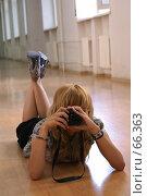 Купить «Девушка фотографирует, лежа на полу в длинном коридоре», фото № 66363, снято 22 июля 2007 г. (c) Julia Nelson / Фотобанк Лори