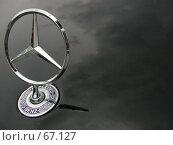 """Купить «Знак """"Мерседес"""" на черном капоте, с отражением облаков на нем», фото № 67127, снято 13 июня 2004 г. (c) Harry / Фотобанк Лори"""