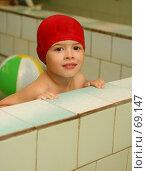 Купить «Взгляд мальчика в красной шапке в бассейне», фото № 69147, снято 25 июля 2007 г. (c) Останина Екатерина / Фотобанк Лори