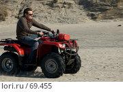 Купить «Человек на квадроцикле мчится по песку», фото № 69455, снято 15 апреля 2007 г. (c) Дмитрий Доможиров / Фотобанк Лори