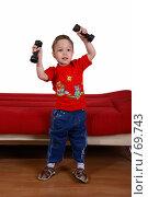 Купить «Малыш поднимает гантели - хочет быть чемпионом!», фото № 69743, снято 4 июня 2007 г. (c) Harry / Фотобанк Лори